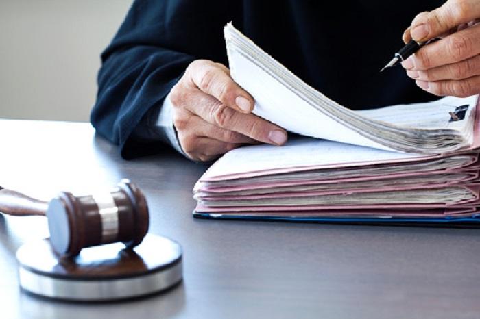 Судья пишет и судейский молоток