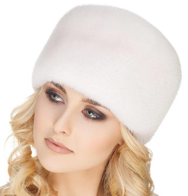 Женщина в белой меховой шапке