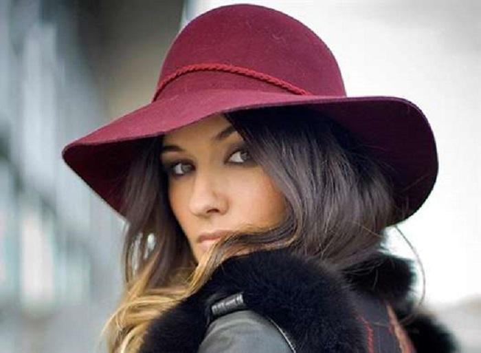 Женщина в бордовой шляпе