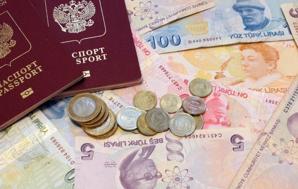 Два паспорта, турецкие купюры и монеты