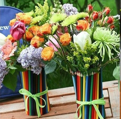 Вазы из карандашей с цветами