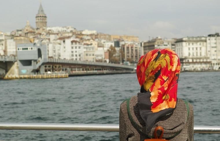 Женщина в платке на мосту в Турции
