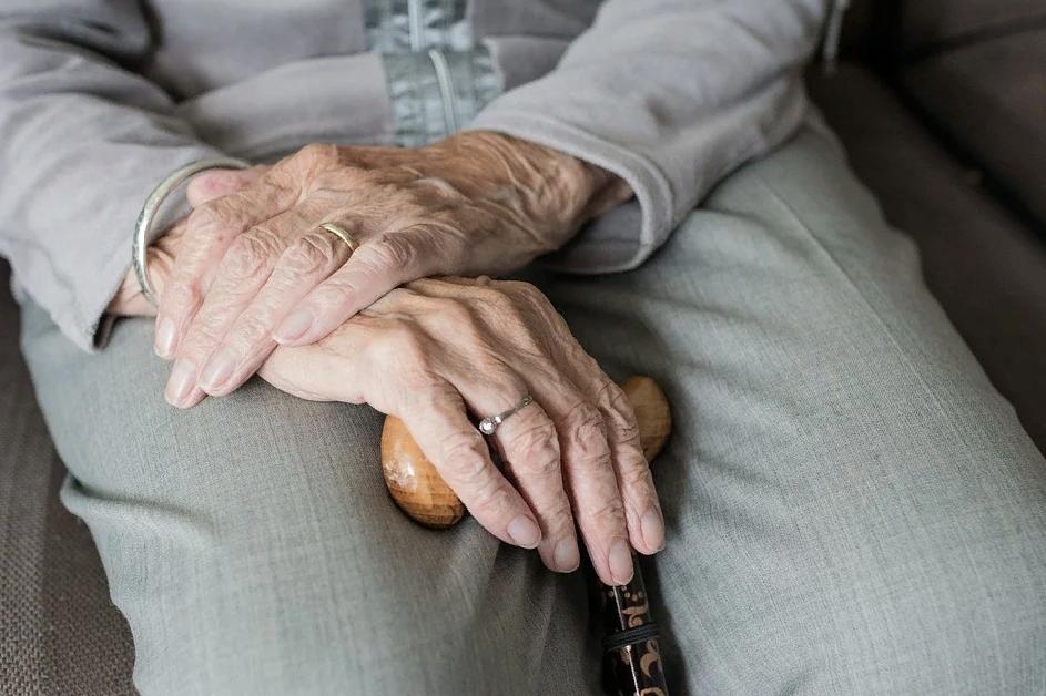 руки старой женщины