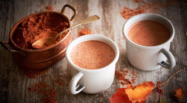 Две чашки с какао и какао-порошок