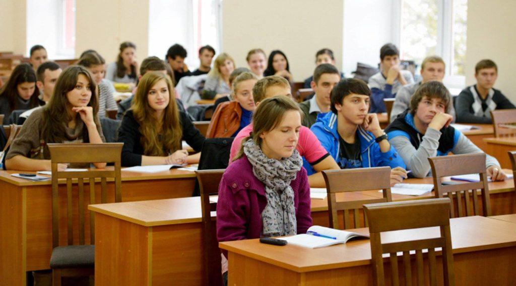 Студенты в аудитории за партами