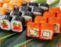 Суши и роллы на столе