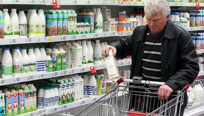 Мужчина покупает кефир