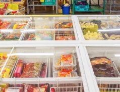 Полуфабрикаты в морозильнике в магазине