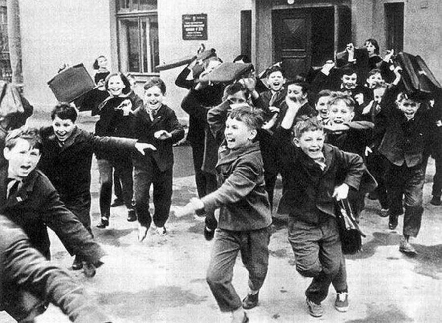 Дети выбегают из школы