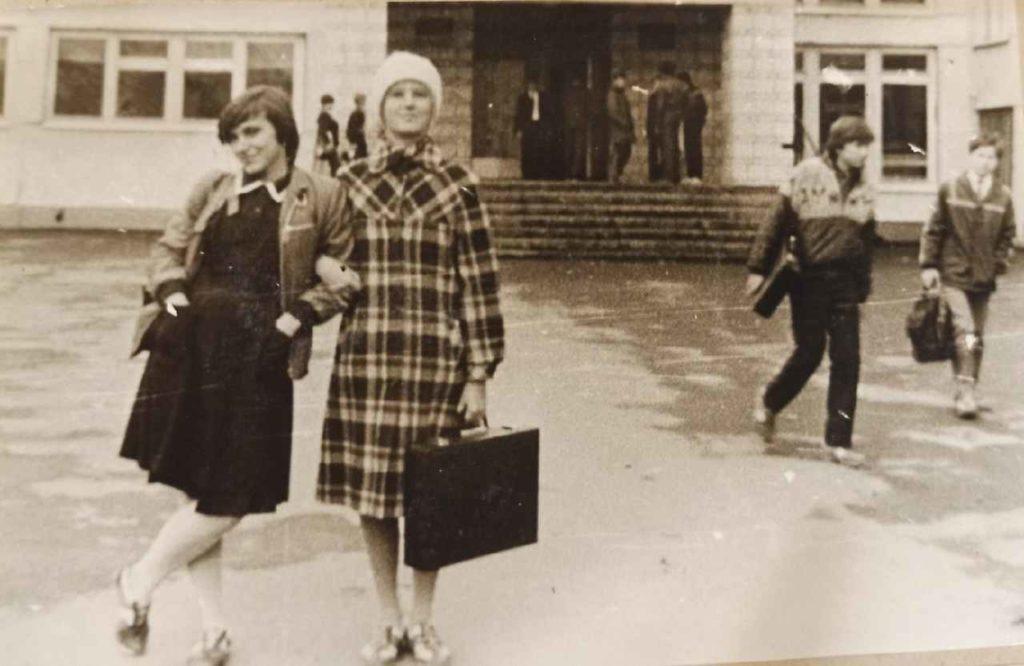 Старшекласницы советской школы с дипломатом