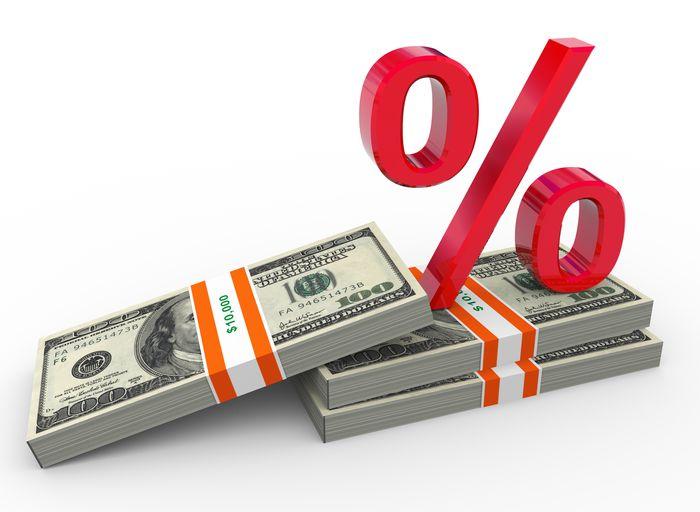 Пачки долларов и знак процентов
