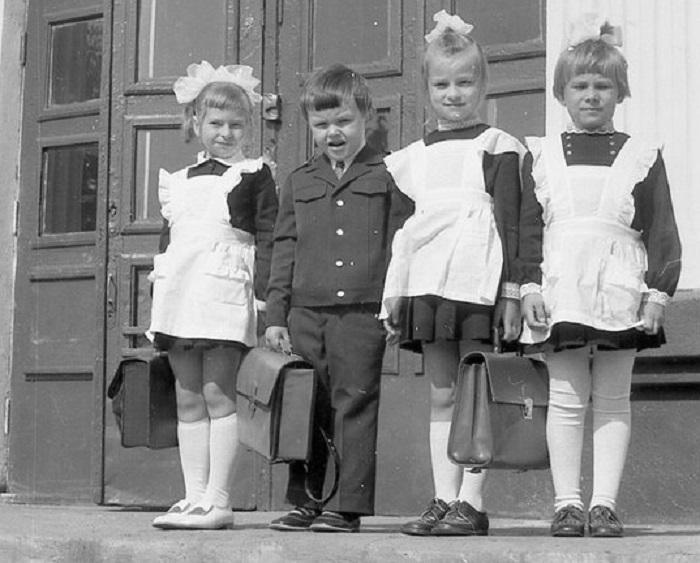 Дети СССР в школьной форме с портфелями