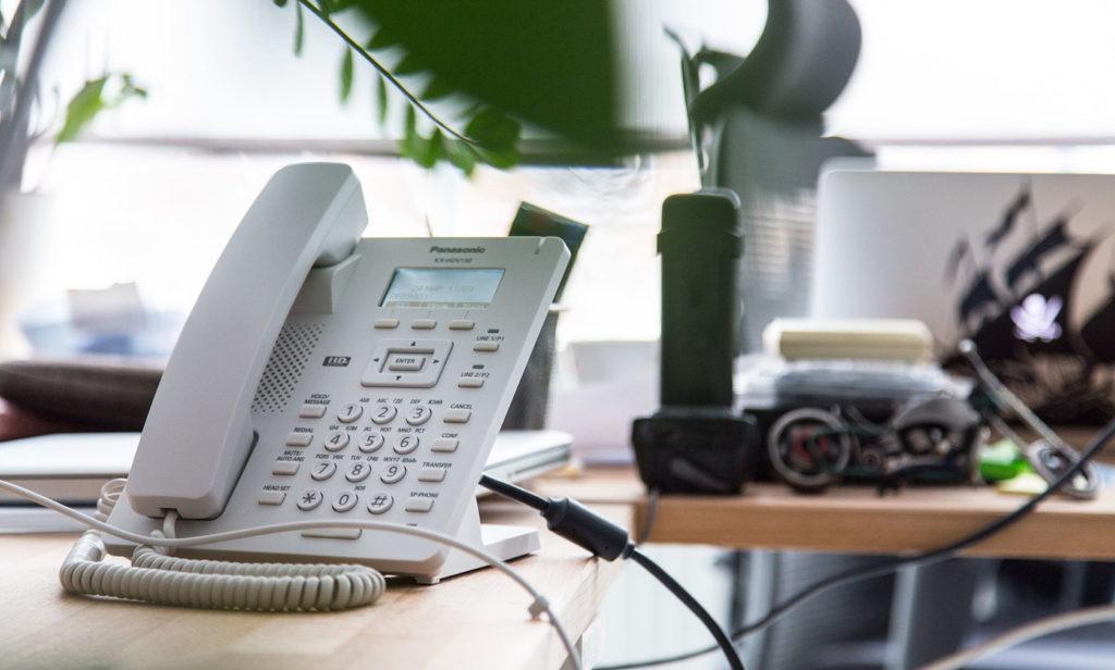 Кнопочный стационарный телефон