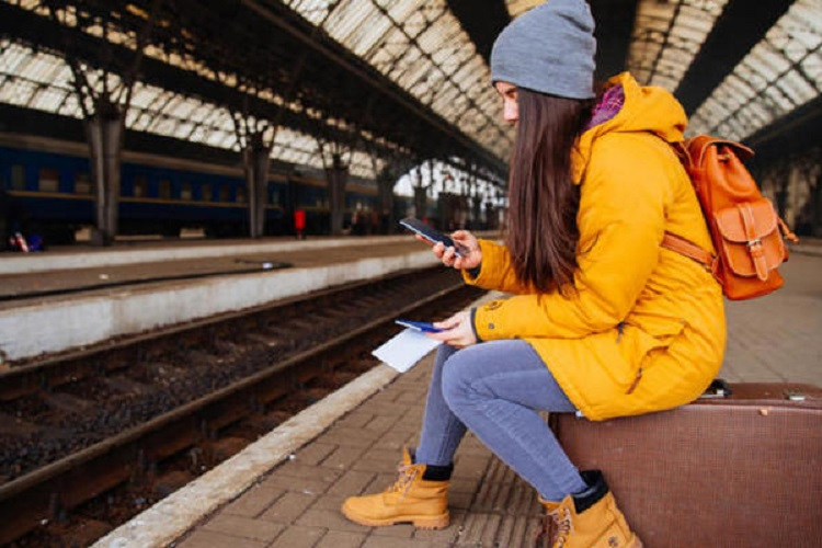 Девушка со студенческим в метро