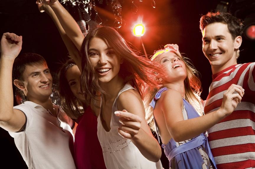 Молодежь танцует в клубе