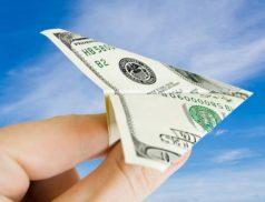 Самолетик из доллара в руке