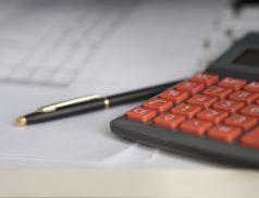 Калькулятор, ручка и квитанции