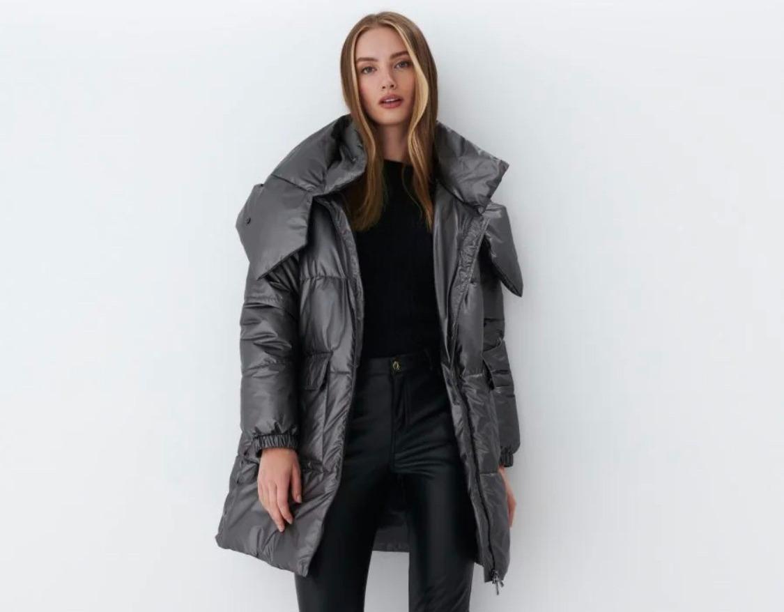 Модель в удлиненной куртке Mohito
