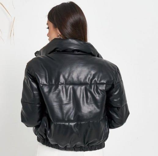 Девушка в куртке-пуховике из эко-кожи