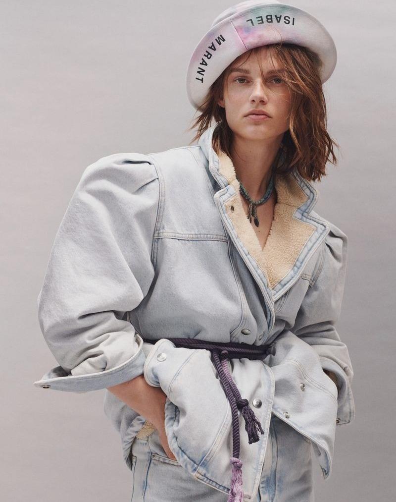 Девушка в объемной джинсовой куртке на овчине