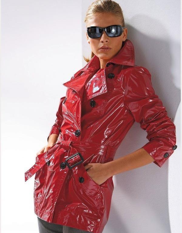Женщина в куртке из лаковой кожи