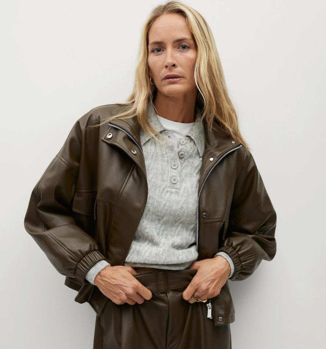 Модель в куртке Mango
