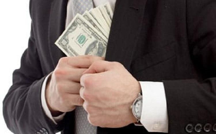 Человек прячет деньги за пазуху