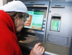 Пенсионерка возле банкомата